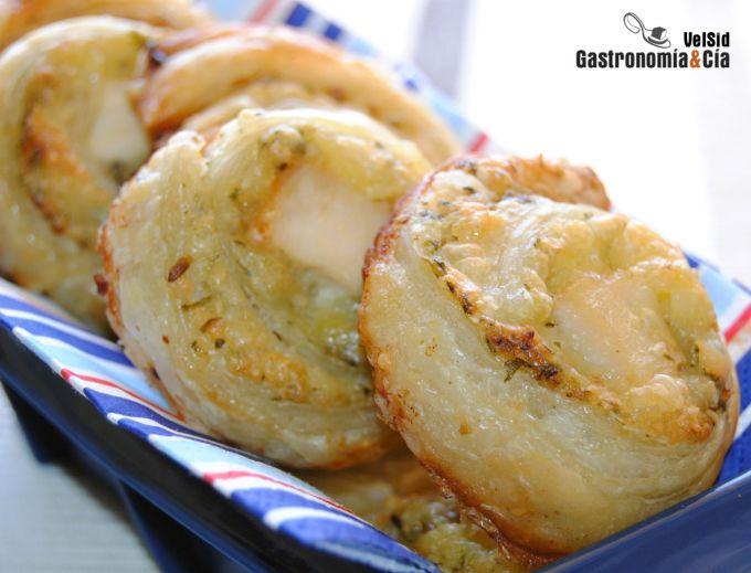 Espirales de hojaldre con pollo y mojo de cilantro