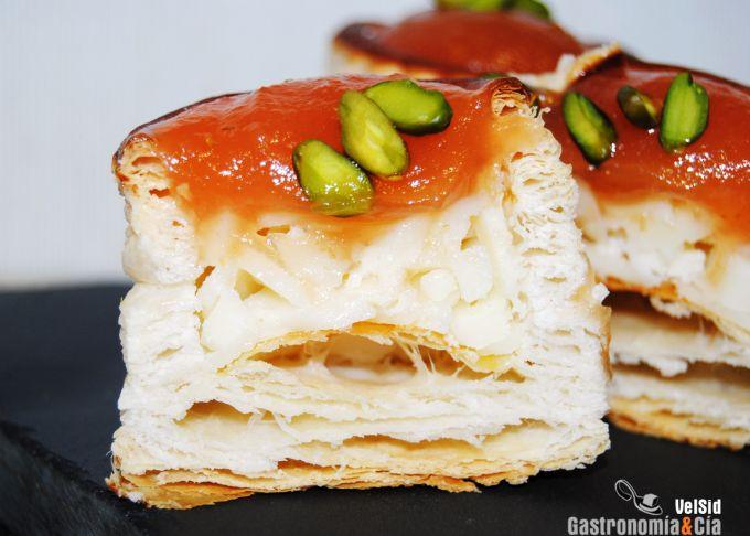 Hojaldre con queso, membrillo y pistachos