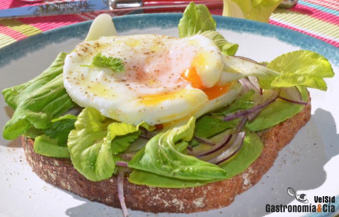 Tostada con huevo escalfado, aguacate y pak choi