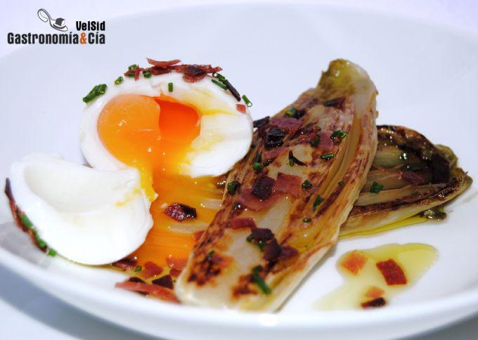 Huevo mollet con endivias y jamón