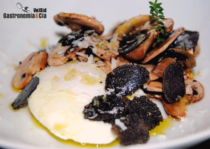Huevo poché con champiñones, trufa negra y parmesano