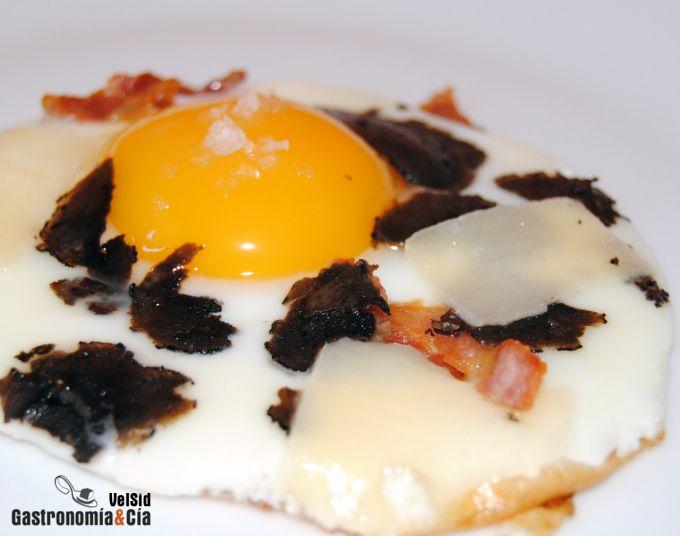 Huevo a la plancha con trufa negra, bacon y parmesano