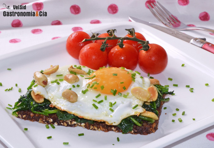 Huevo frito con espinacas y cacahuetes, un desayuno ric