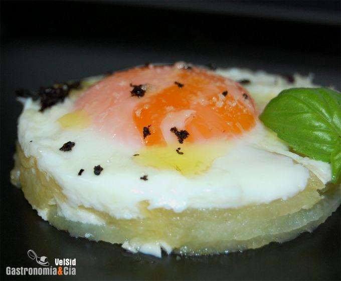Huevos con patatas, trufa y parmesano