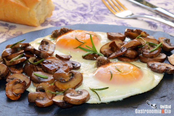 Huevos a la plancha con portobello al romero