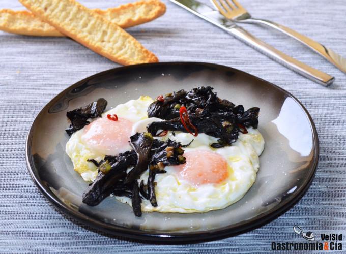Huevos fritos con trompeta de la muerte y guindilla