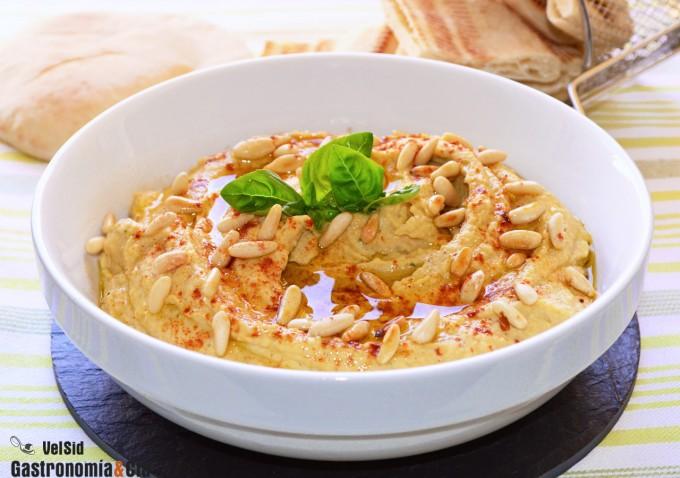 Hummus con albahaca y piñones