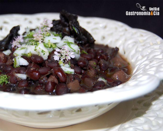 http://www.gastronomiaycia.com/wp-content/photos/judias_negras_setas2.jpg