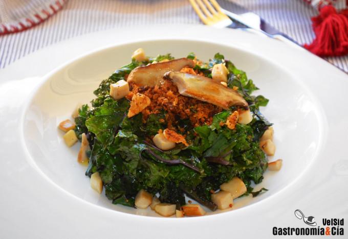 Kale con migas de pan y setas de cardo