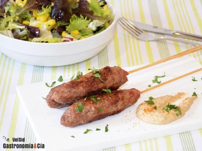 Kebab de ternera con soja y sésamo