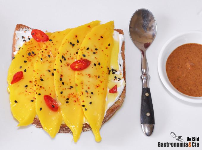 Tostada con yogur colado, mango y manteca de almendra