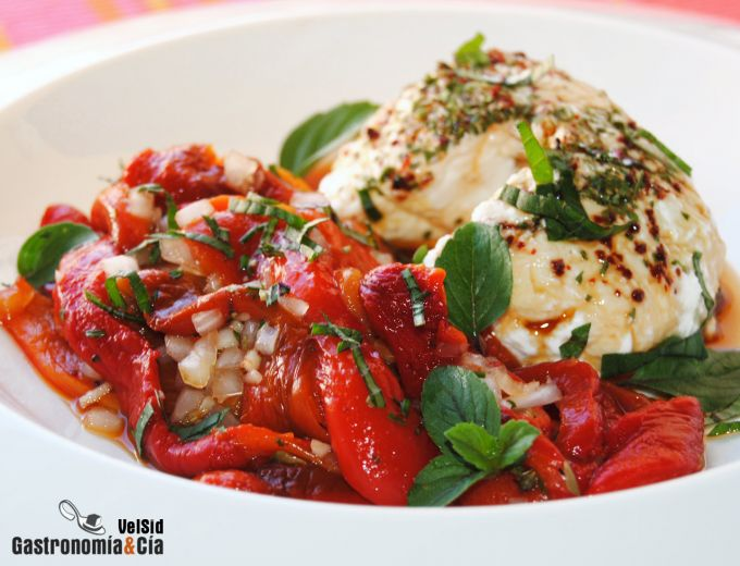 Labneh con pimientos asados y albahaca