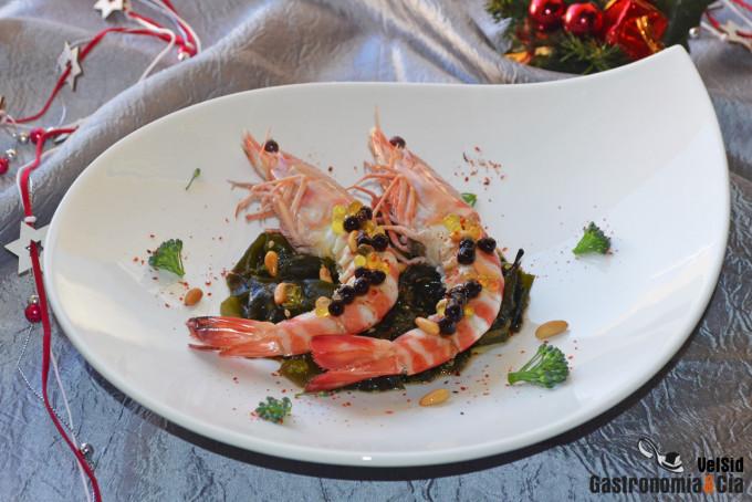 Langostinos con ensalada de wakame, piñones y brotes de