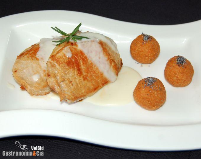 Lomo de cerdo con salsa de queso y albóndigas de cuscús