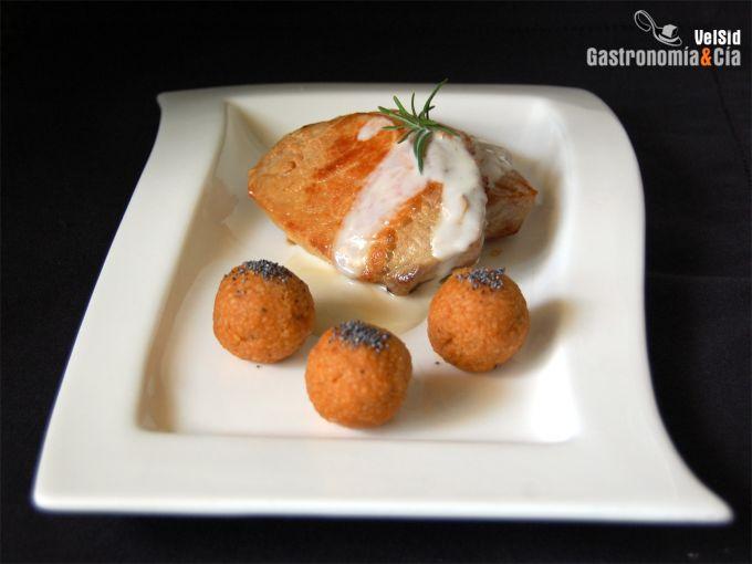 lLomo de cerdo con salsa de queso y albóndigas de cuscú
