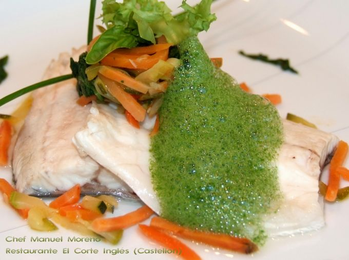 Lubina poché con verduras y aire de espinaca