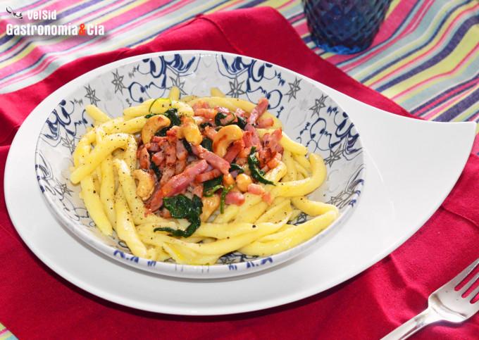 Maccheroni al ferretto con bacon, anacardos y espinacas
