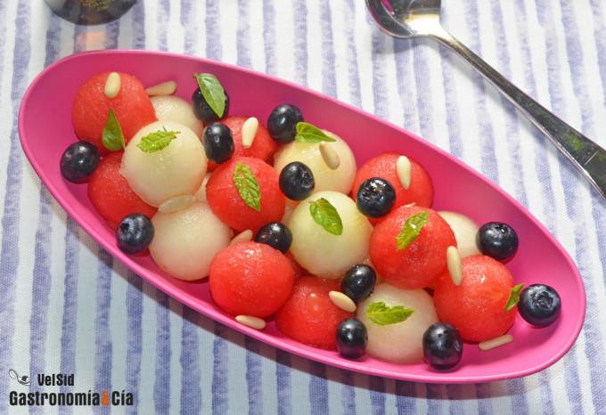Macedonia de sandía, melón y arándanos con hierbabuena