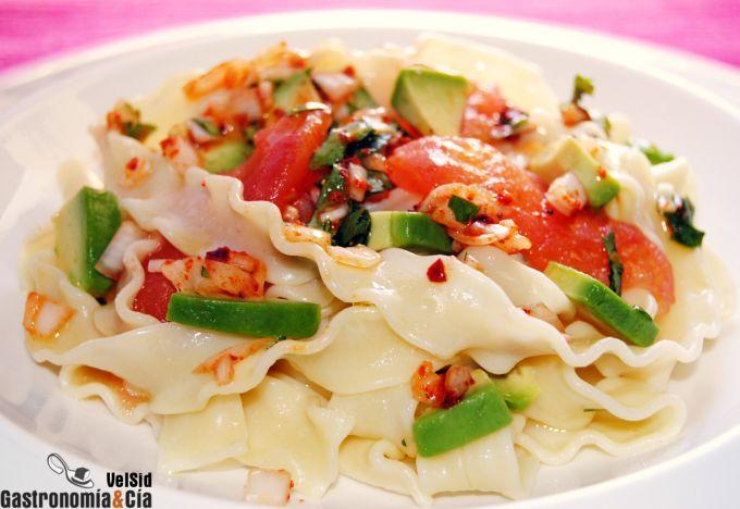 Mafaldine con pétalos de tomate y aguacate