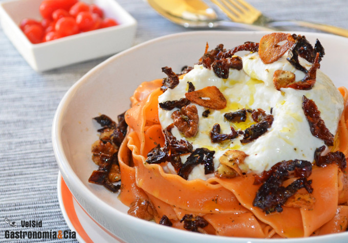 Mafaldine de tomate con burrata y nueces