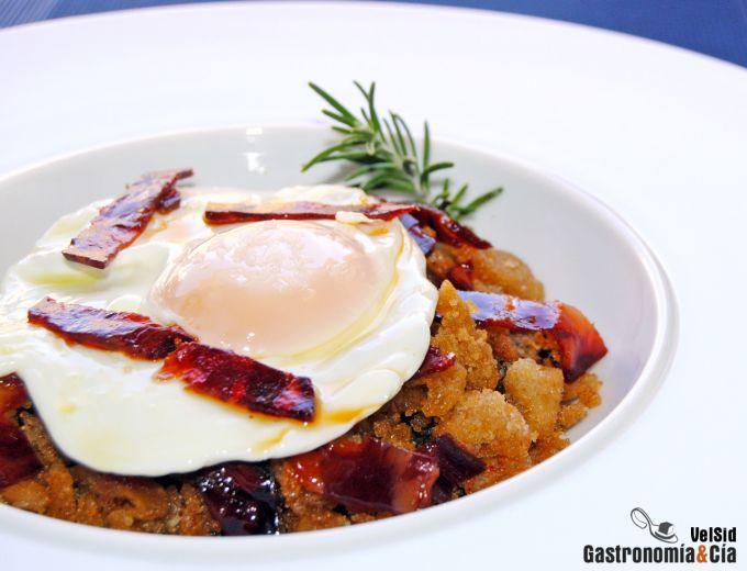 Migas con chorizo y huevos fritos