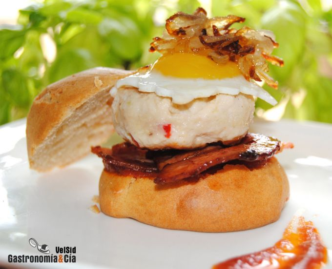 Mini hamburguesas de pollo con bacon y cebolla