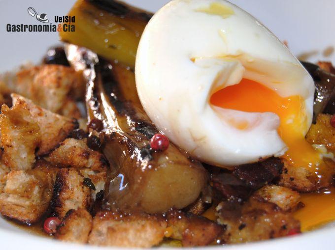 Huevo mollet con puerros al aroma de setas y migas cruj