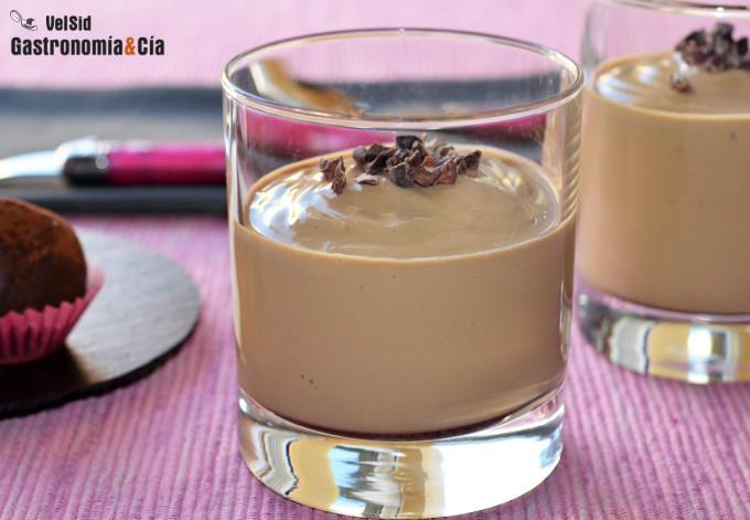 Mousse de café vegana rica en proteínas, un postre fáci