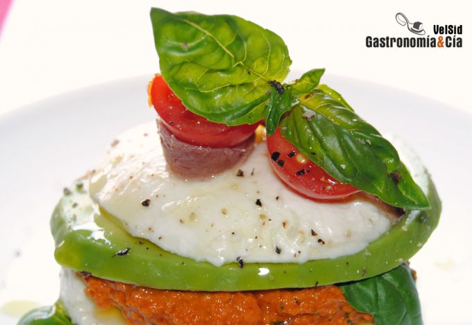 Mozzarella con aguacate y pesto de tomate seco