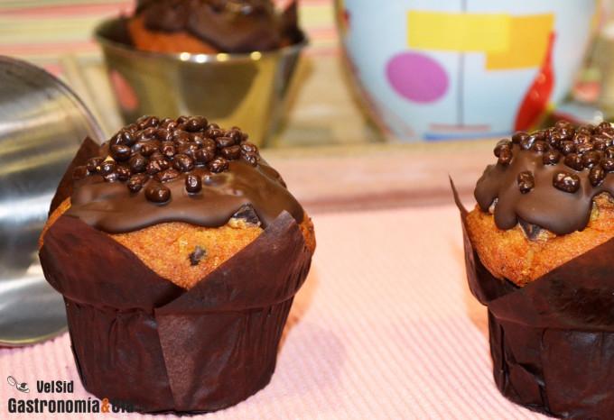 Muffins con pepitas y cobertura de chocolate