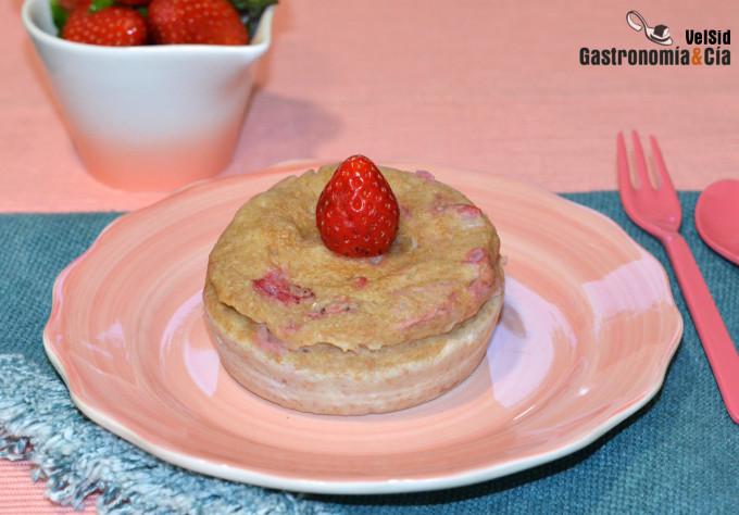 Mugcake de queso y fresas, un bizcocho o tarta de queso