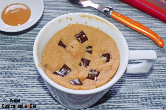 Mugcake vegano de crema de cacahuete y chocolate
