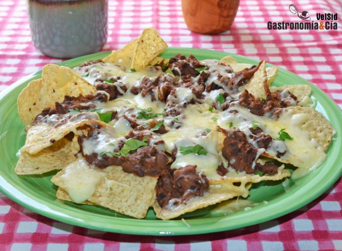 Nachos con fríjoles y queso, una receta mexicana fácil