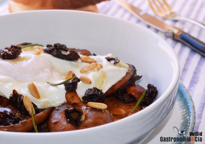 Receta de níscalos con huevo, piñones y tomates secos