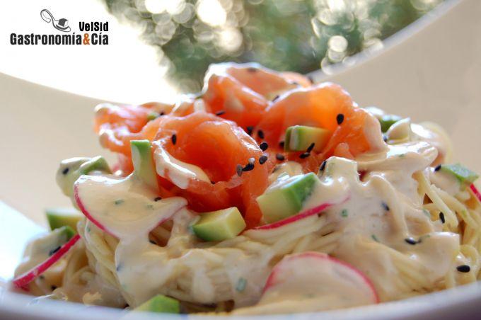 Noodles con aguacate, salmón y salsa de wasabi y jengib