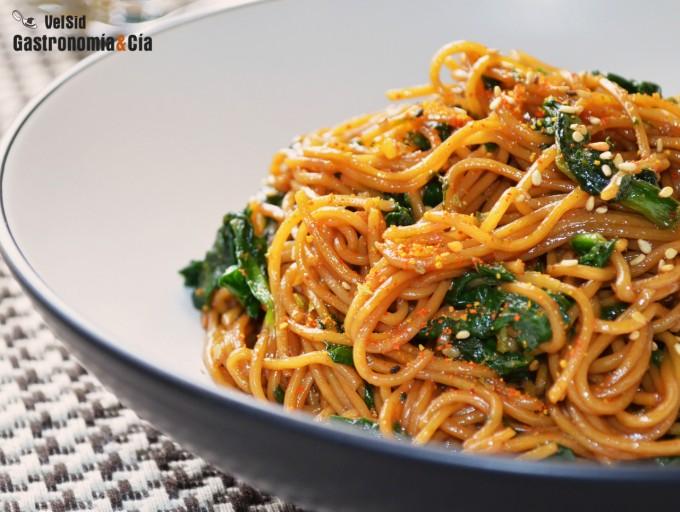 Noodles salteados con espinacas