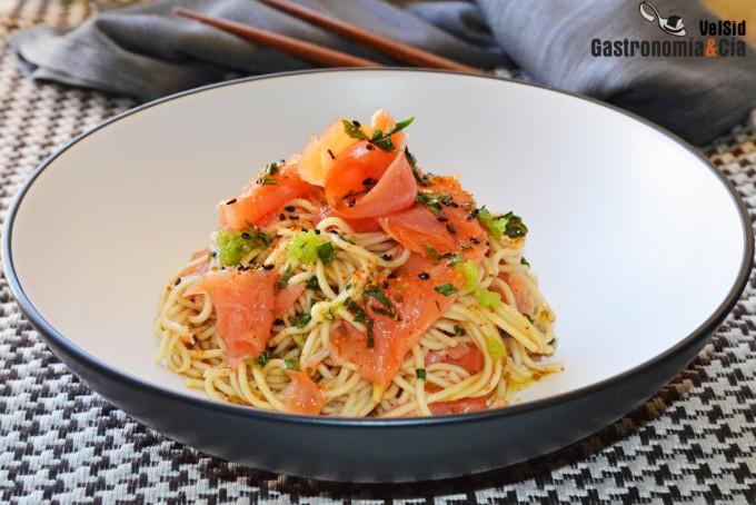 Noodles con salmón ahumado
