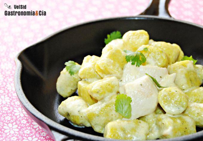 Ñoquis de maíz con pollo y cilantro