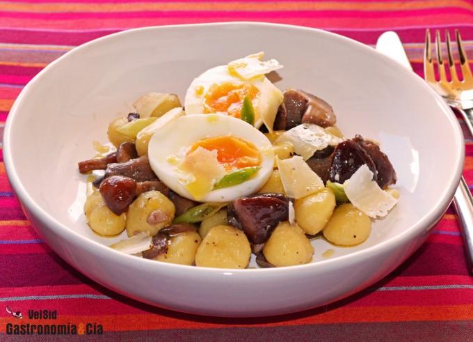 Ñoquis con setas, huevo y aceite de trufa