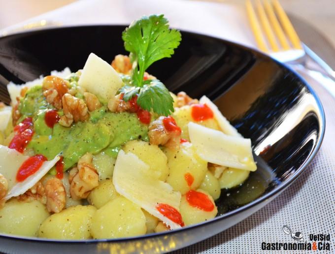 Ñoquis con salsa de aguacate y sriracha