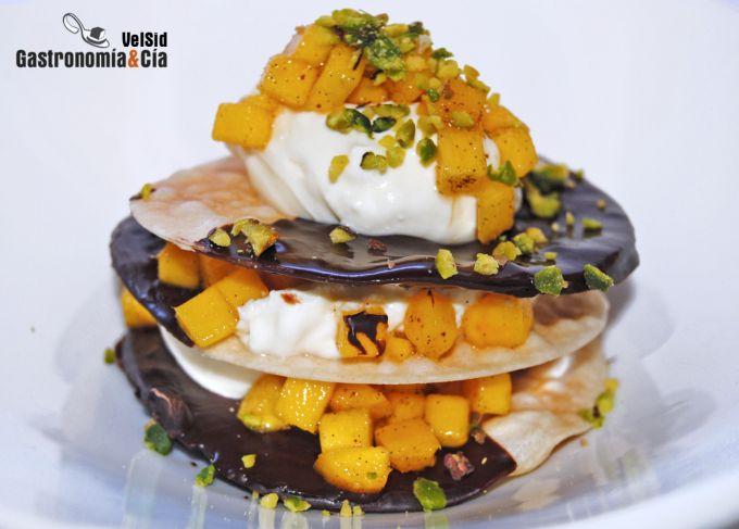 Obleas de chocolate con mango y pistachos