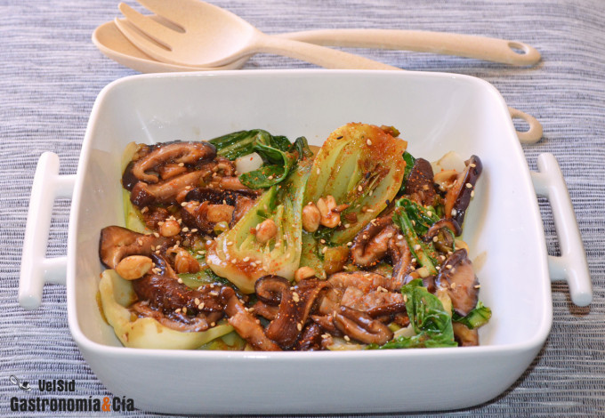 Salteado de pak choi y setas shiitake con salsa orienta