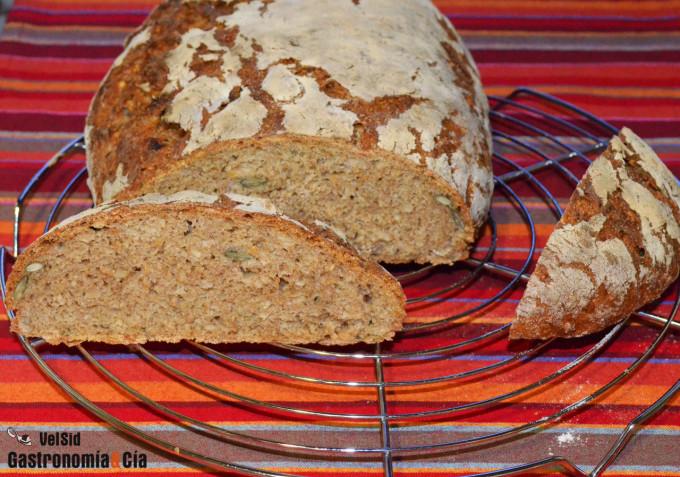 Pan de centeno con dátiles y semillas de cáñamo, giraso
