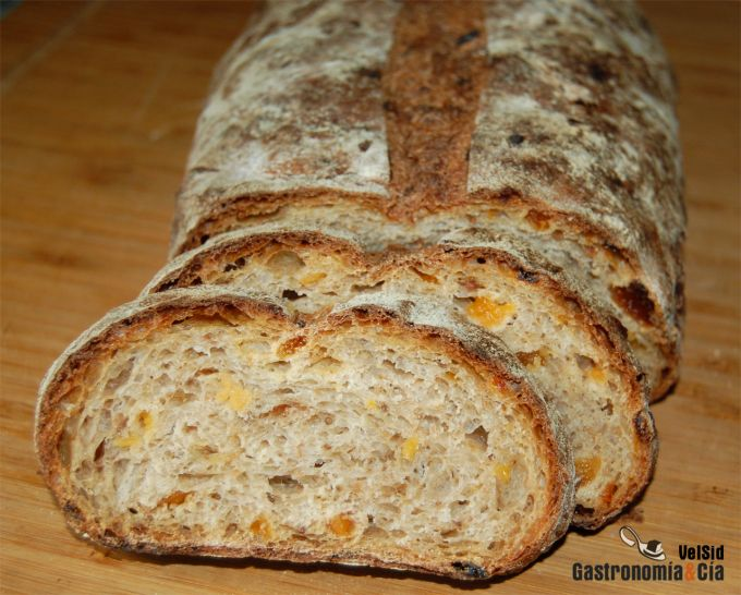 Pan de centeno con pasas, orejones y alcaravea