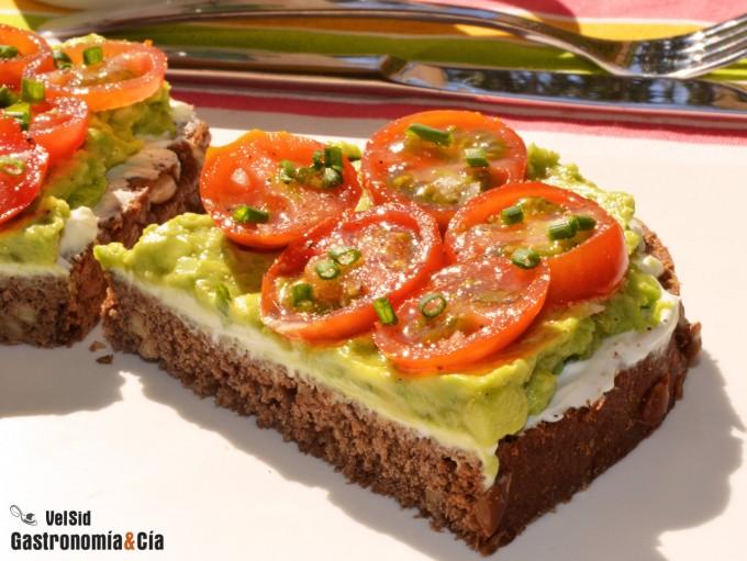 Pan de centeno con queso, aguacate y tomates cherry