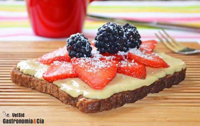 Pan de centeno con mantequilla de almendras, fresas y c
