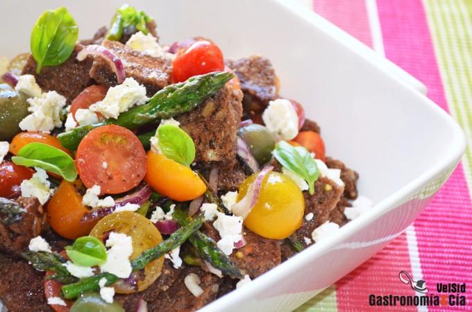 Panzanella integral con espárragos, tomate y feta
