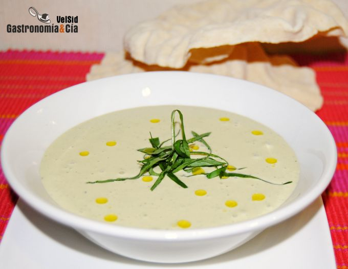 Papadums con salsa de yogur griego y albahaca