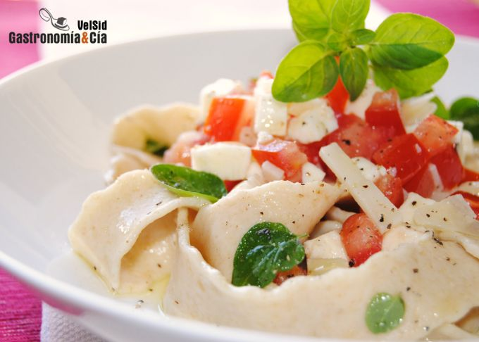 Pappardelle de kamut con queso y tomate fresco