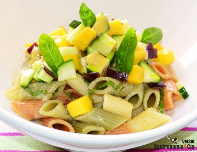 Ensalada de pasta con calabacín, mango y vinagreta de m